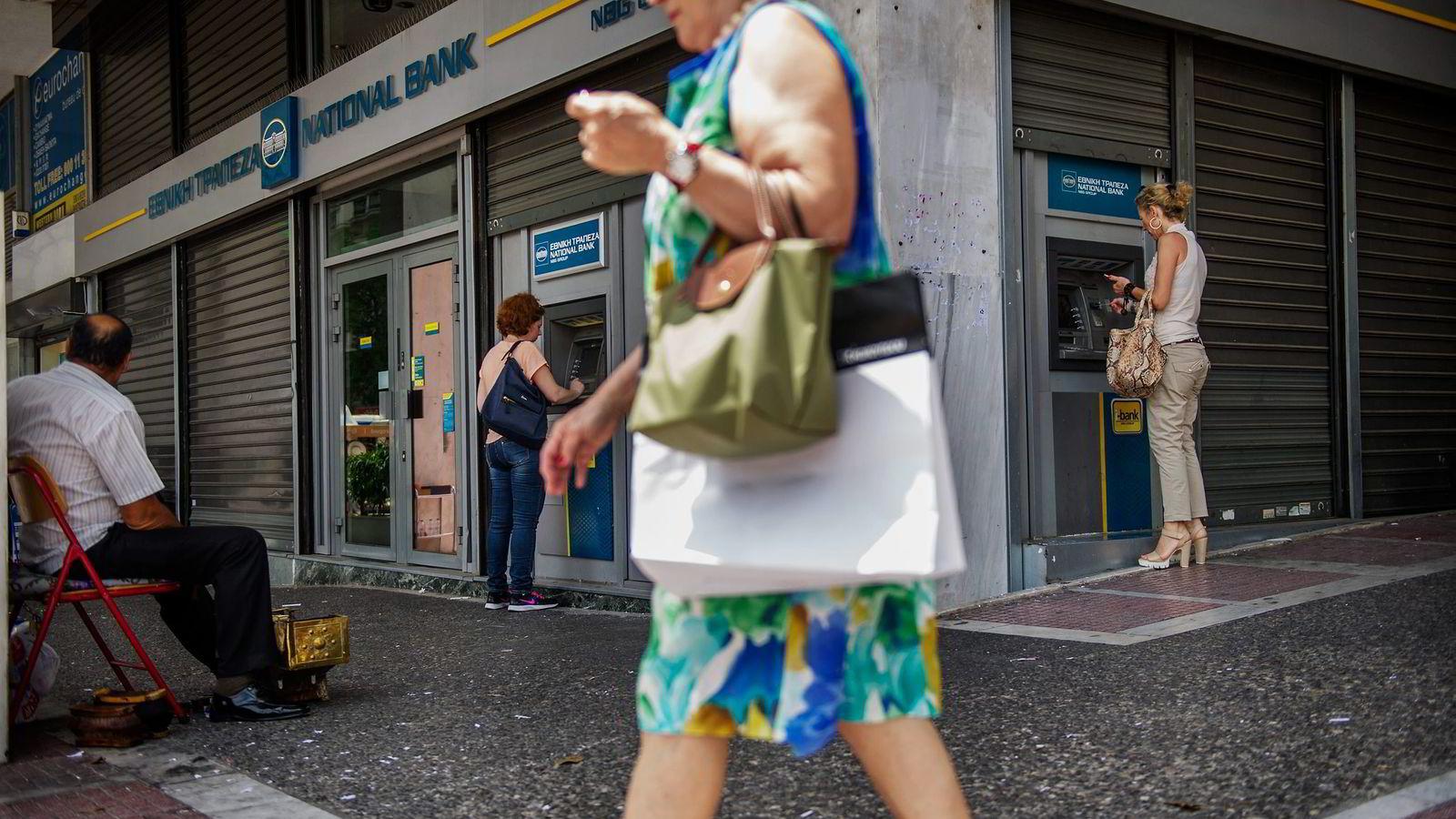 Få grekere sto i kø for å ta ut penger i Aten tirsdag. – Folk har vel ikke mer penger å ta ut etter dager med panikktilstander, sier Artemios Charalimpius tørt.