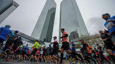 Tyske myndigheter håper at de skarpeste hodene innen finans skal komme løpende hit til Frankfurt etter brexit. Her fra Frankfurt Maraton med hovedkvarteret til Deutsche Bank i bakgrunnen.