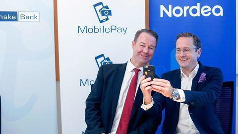 Danske Banks norgessjef Trond F. Mellingsæter (til venstre) og Nordea norgessjef Snorre Storset går sammen om betalingsløsningen MobilePay. Foto: Javad Parsa