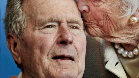 Tidligere president George H.W. Bush fotografert sammen med sin kone Barbara Bush, som døde åtte måneder før ham.