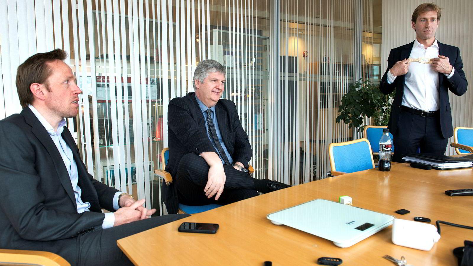 Nordic Semiconductor-sjef Svenn-Tore Larsen (i midten) sier handelskrigen rammer selskapet. Til venstre er Thomas Søderholm, sjef for forretningsutvikling. Til høyre er tidligere finansdirektør Robert Giori.