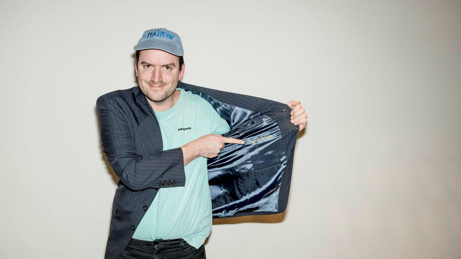 I samme butikk som Røkkes luksusdresser ble solgt, fant DN-Journalist Anders Kemp en dress med «Petter A Stordalen» innbrodert.