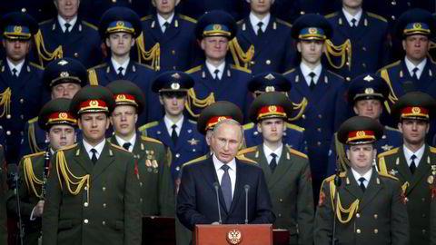 Russlands president Vladimir Putin taler under en internasjonal forvarskonferanse utenfor den russiske hovedstaden Moskva i 2015. Økt pengebruk på militæret har bidratt til at den russiske økonomien i dag er i hardt vær. Foto: REUTERS/Maxim Shemetov/NTB Scanpix