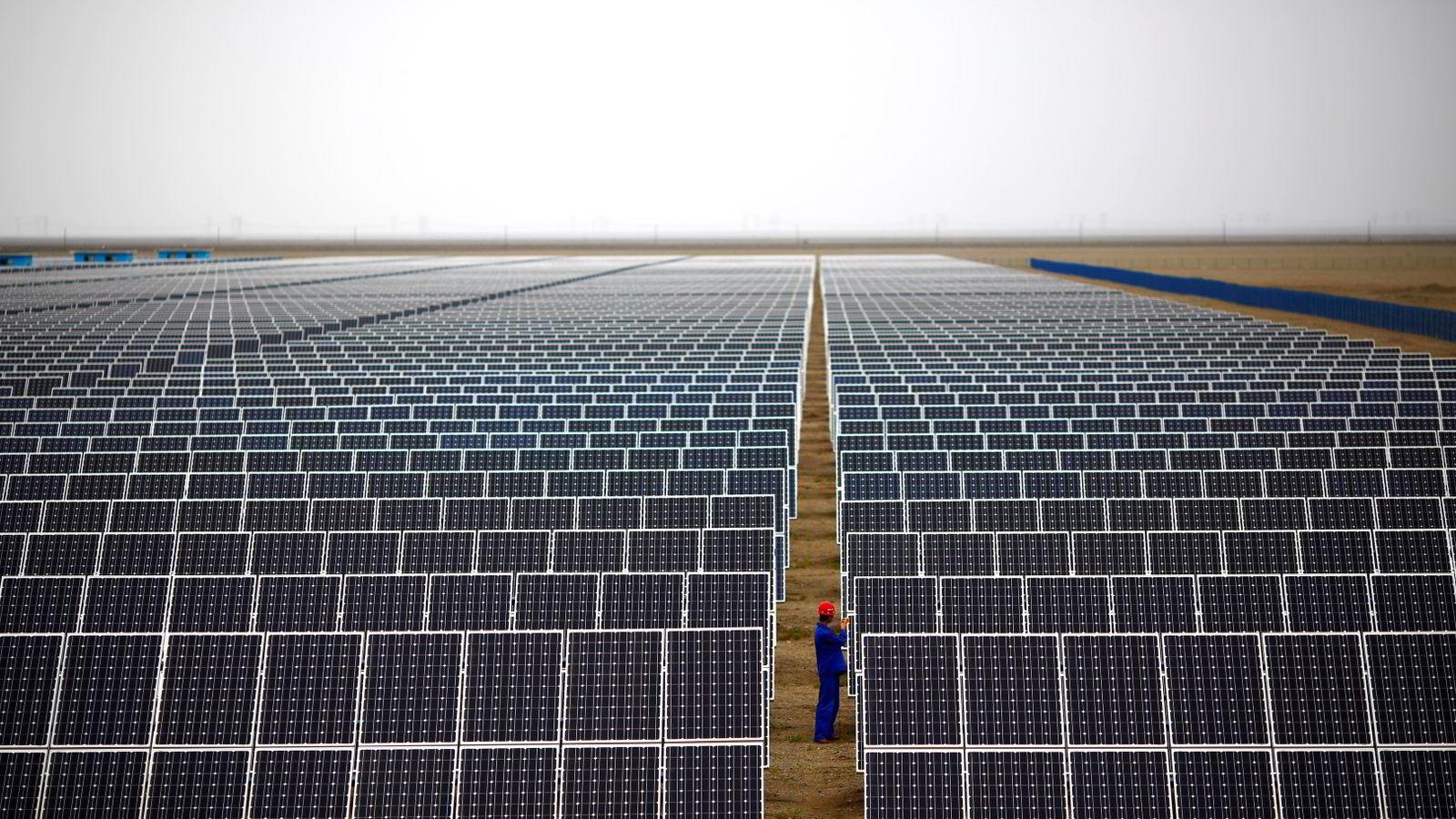 Kina storsatser på fornybar energi. Bildet er fra en solfangerpark i Dunhuang i Gansu-provinsen. Foto: Carlos Barria/Reuters/NTB scanpix