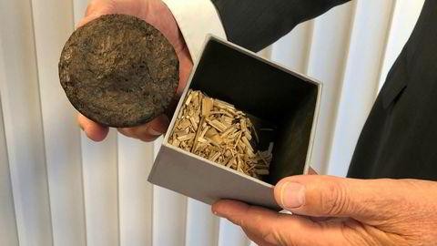 Henning Hverven viser frem biokull laget av hurtigvoksende elefantgress.