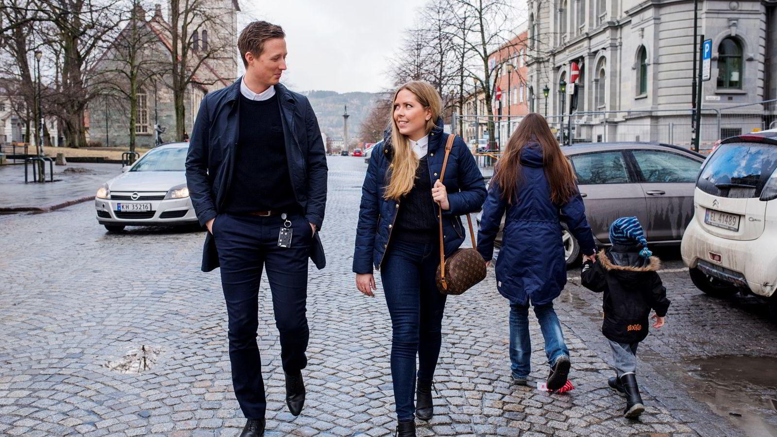 Erik Forseth og Maria Meland (og Per Alfsen som ikke var tilstede da bildet ble tatt) gjorde det godt i den omfattende spørsmålsrunden i NM i økonomi. Nå må trondheimsstudentene forberede seg på caseløsning i finalen.