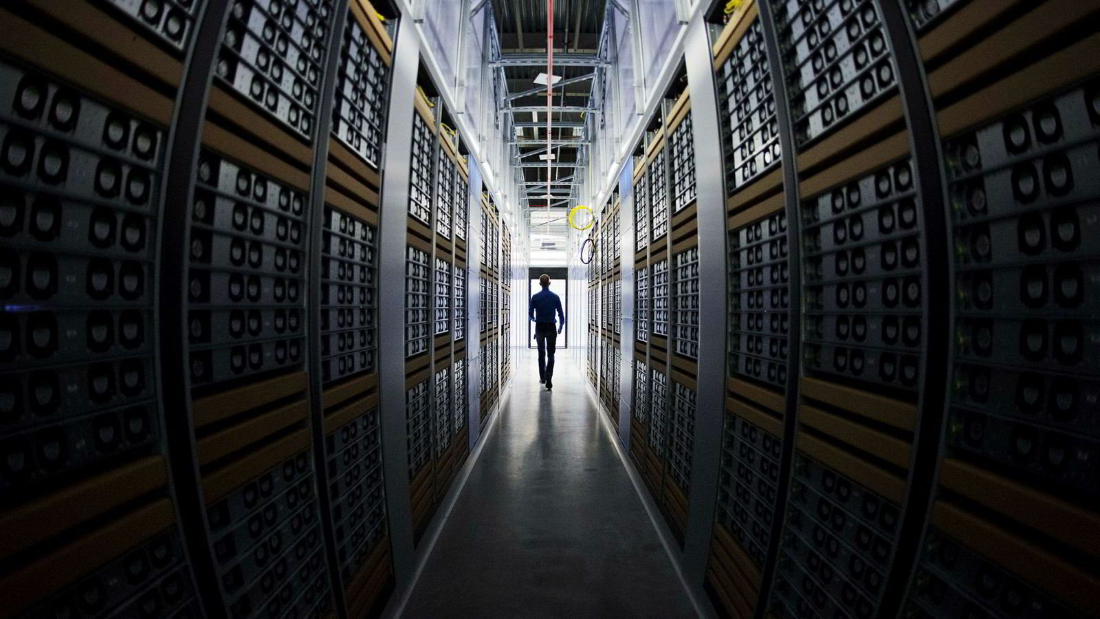 Facebooks datacenter i  svenske Luleå har vært i drift siden juni 2013. I Norge er Microsoft den første av de globale gigantene som bygger store datasenter. Selskapet to sentre skal etter planene være i drift i slutten av året.