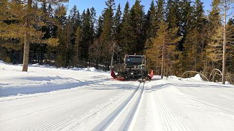 Løypemaskinen på vei fra Stryken til Stålmyra i nordlige deler av Nordmarka nord for Oslo. Forholdene i høyden holder godt fortsatt og vekker håp om at det kan bli mulig å gå på ski 17. mai. Foto: Petter Biong/Skiforeningen