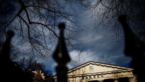 Fallende oljepris og en eskalerende handelskrig bidro til at Oslo Børs åpnet med et kraftig fall mandag.
