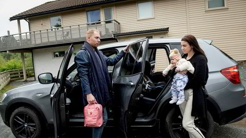 En travel hverdag gjør at småbarnsforeldrene Mads Dyngeland og Evy-Ann Haugland fort blir avhengige av bilen. Her er de på vei av gårde sammen med datteren Olivia på syv måneder.
