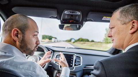 Her kjører Volvos bil i 80 kilometer i timen – uten at mannen i førersetet, Muhammad Ali, som også er ansvarlig for programvaren som tar beslutninger i Volvos selvkjørende biler – har hendene på rattet. I passasjersetet sitter samferdselsminister Ketil Solvik-Olsen. Foto: Per Thrana