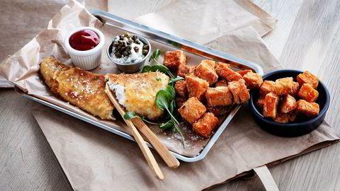 Sesongens skrei er perfekt til panering servert med søtpotetfries.