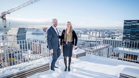 DNB håper å få et forsprang på konkurrentene ved å være først ute med å kutte fondskostnadene. Her er Håkon Hansen, konserndirektør for Wealth Management og Marit Krohg Owren, sjef for spare- og pensjonsprodukter i DNB