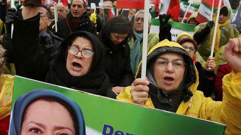 Utenfor konferansen i den polske hovedstaden Warszawa var det demonstrasjoner mot regimet i Iran. På plakaten den omstridte iranske aktivisten og opposisjonslederen Maryam Rajavi, som bor i eksil i Paris.
