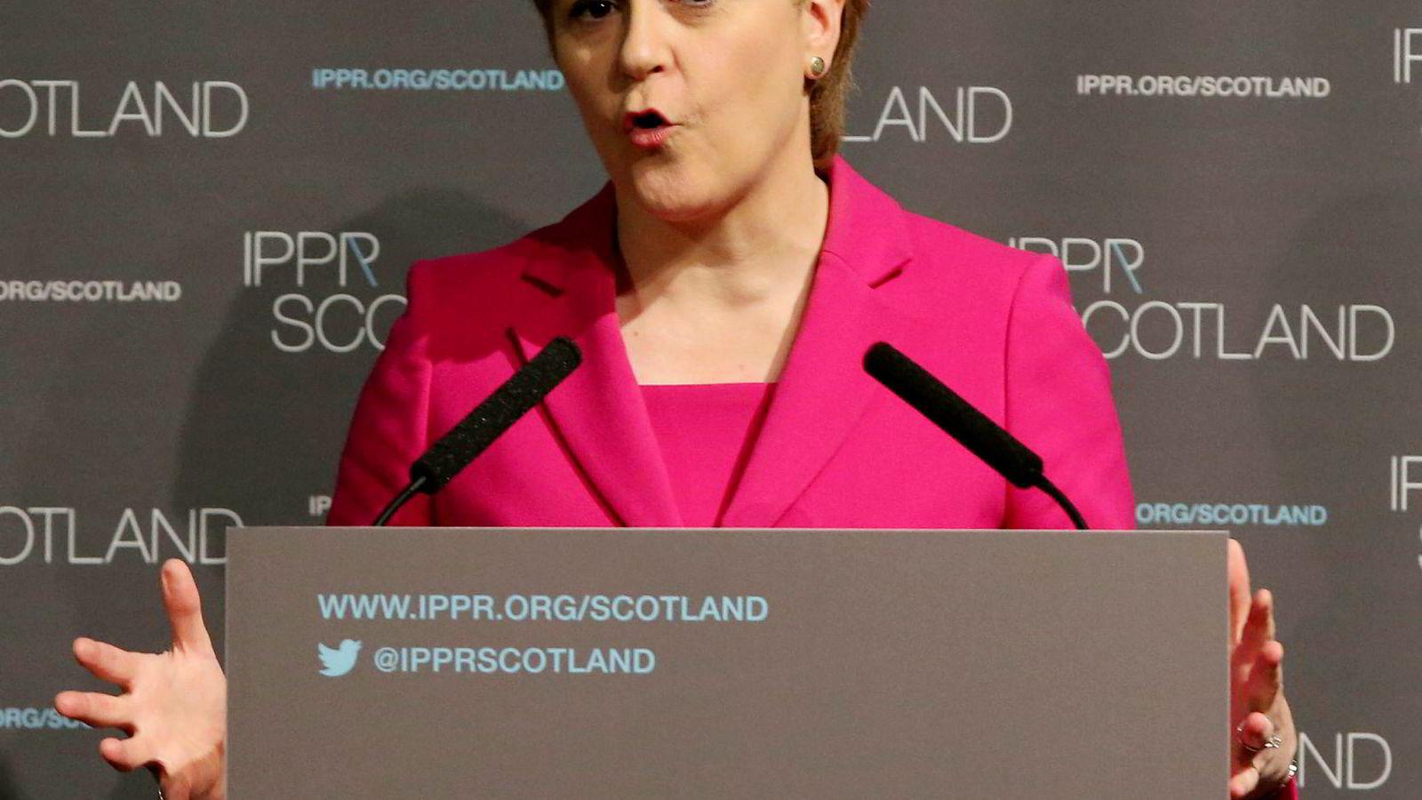 Skottlands førsteminister Nicola Sturgeon sier Theresa May må godkjenne en ny folkeavstemning i Skottland. Foto: POOL