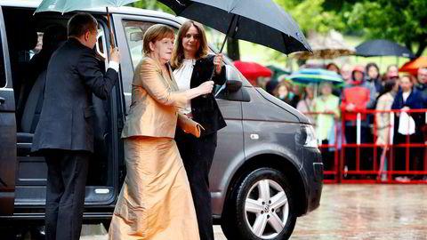 Statsminister Angela Merkel og CDU vil legge utslippsskandalen bak seg, tror eksperter. Her på det røde teppet på åpningen av en opera i Bayreuth i juli.