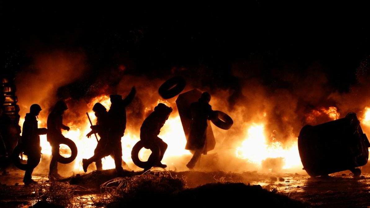 BRENNBART: EUs medlemsland har lite til overs for den regjerende presidenten i Ukraina, men opposisjonen er heller ingen gjeng med sjarmtroll. I gatene i Kiev står ytterligående (EU-kritiske) høyregrupper for mye av volden.