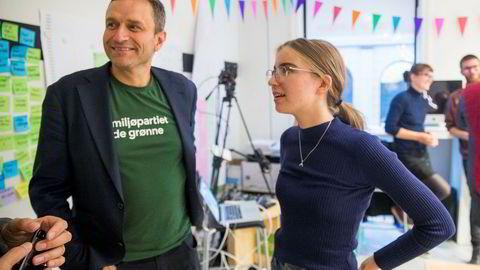 Hulda Holtvedt fra Grønn Ungdom og Arild Hermstad i Miljøpartiet De Grønne på valgvake i forbindelse med skolevalget.
