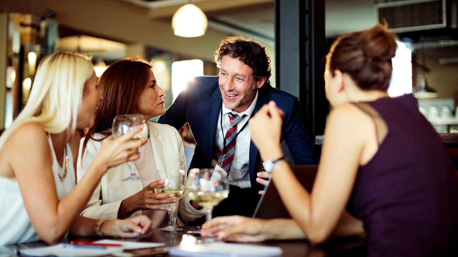 I rette mengder kan alkohol bidra til felles nytelse og god stemning. Så tross alle historier om overgrep og trakassering i jobbfylla i kjølvannet av Metoo-kampanjen, bør det ikke være nødvendig å tørrlegge alle sosiale arrangementer på jobben, mener artikkelforfatterne.