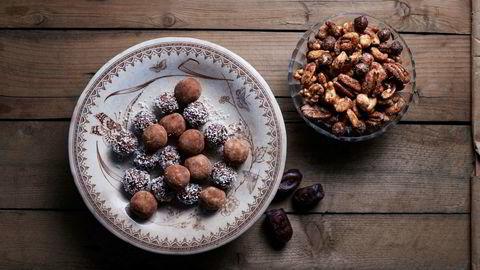 Daddelkuler med strø og karamelliserte nøtter er et fint og sunnere alternativ til sukkerbombene.