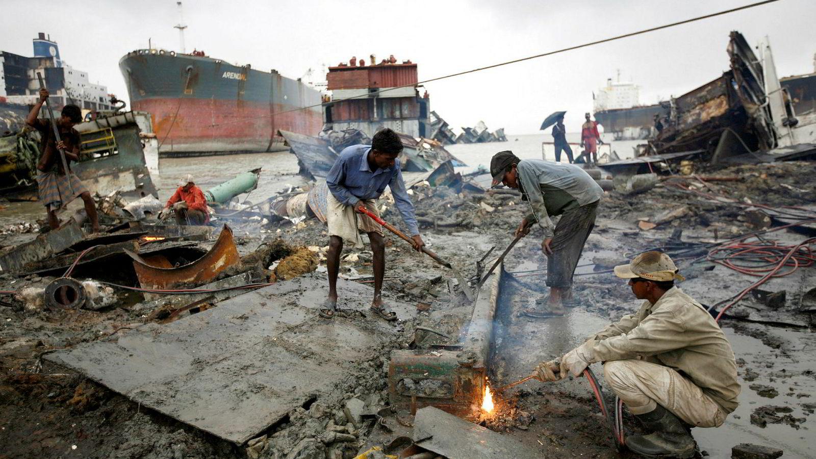 Økt kunnskap om de uheldige sidene ved såkalt «beaching» og det gjeldende regelverk som forbyr denne praksisen, vil trolig føre til både økt etterlevelse og hardere sanksjoner ved brudd, skriver artikkelforfatteren. Her fra Chittagong, Bangladesh hvor arbeidere sveiser skipsdeler.