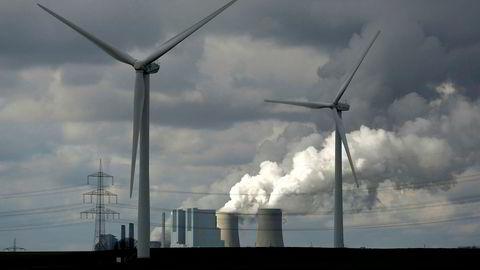 EUs system med klimakvoter bidrar til at det blir mer vindkraft og mindre kullkraft. Her er både vindkraft og kullkraft vest i Tyskland.
