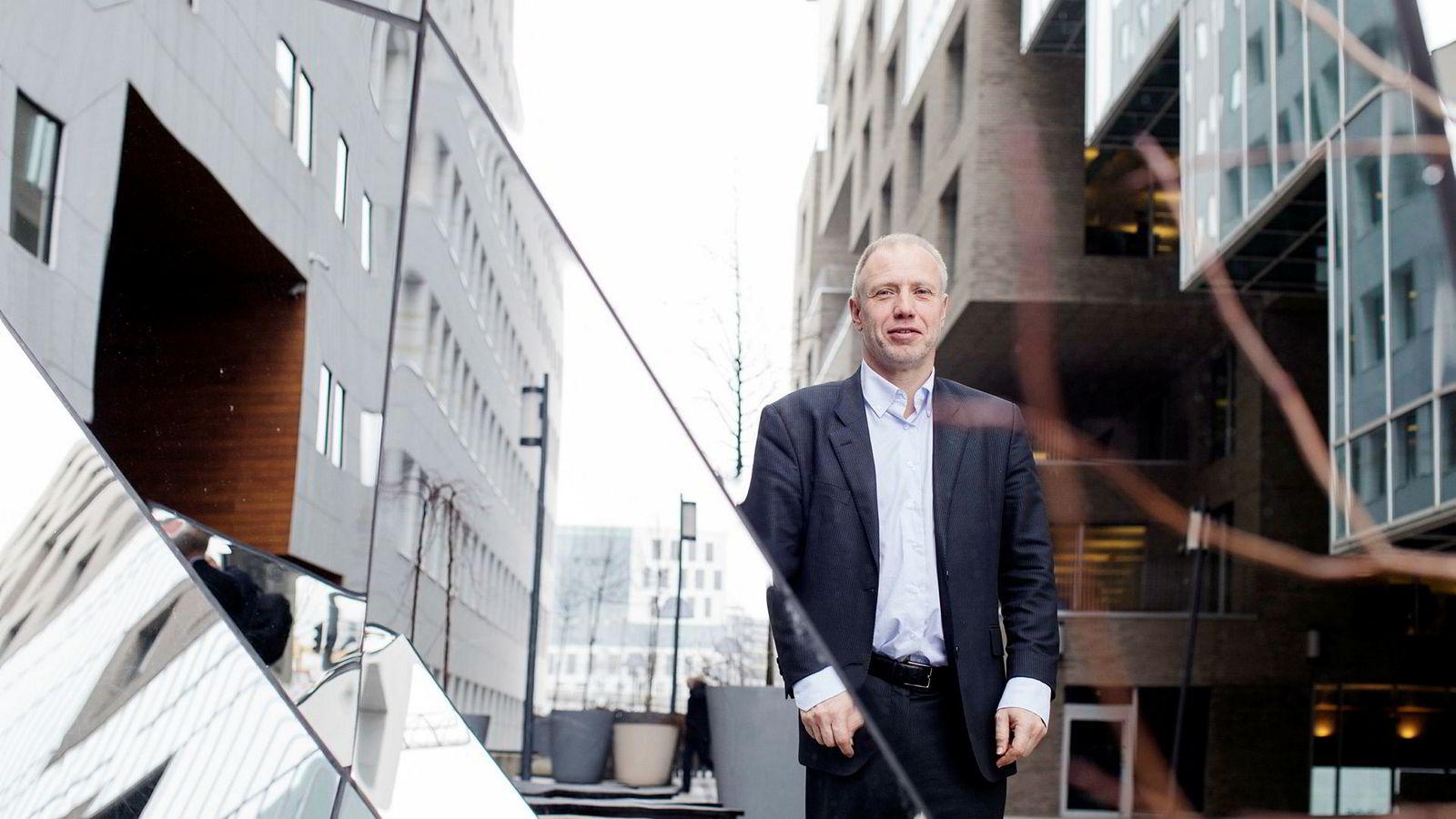 Forvalter Kristian Tunaal i Alfred Berg tror olje og laks vil løfte Oslo Børs til nye høyder frem til sommeren neste år.