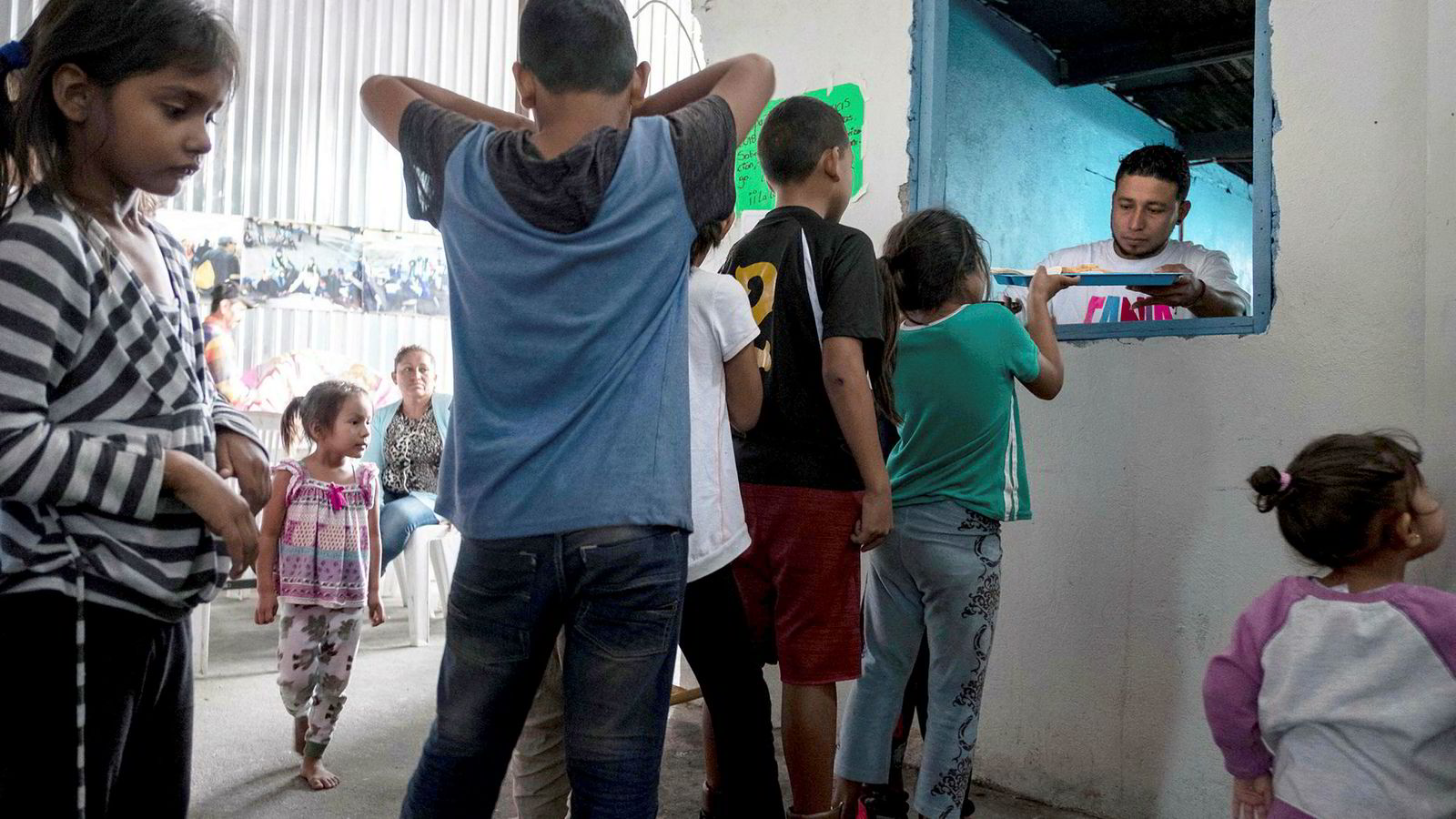 Barn fra Mexico og Mellom-Amerika i køen for å få frokost i migrantleiren i Tijuana 20. juni. Samme dag sa Donald Trump at han vil la familier holde sammen ved grensen til Mexico, etter store protester mot at barn og foreldre ble adskilt.