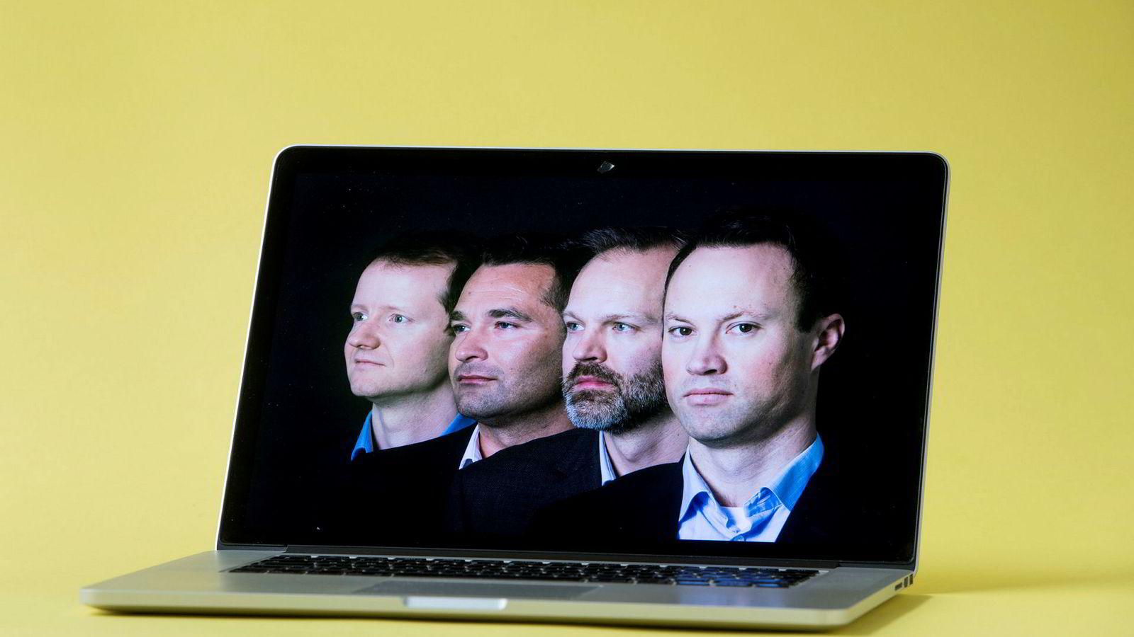 De fire forvalterne overlater til computeren å velge aksjer. Fra venstre: Henrik Wold Nilsen, Andreas Poole, Lars Qvigstad Sørensen og Bård Bringedal. Fotografiet er inspirert av Kraftwerks albumcover på «Computer world» fra 1981.
