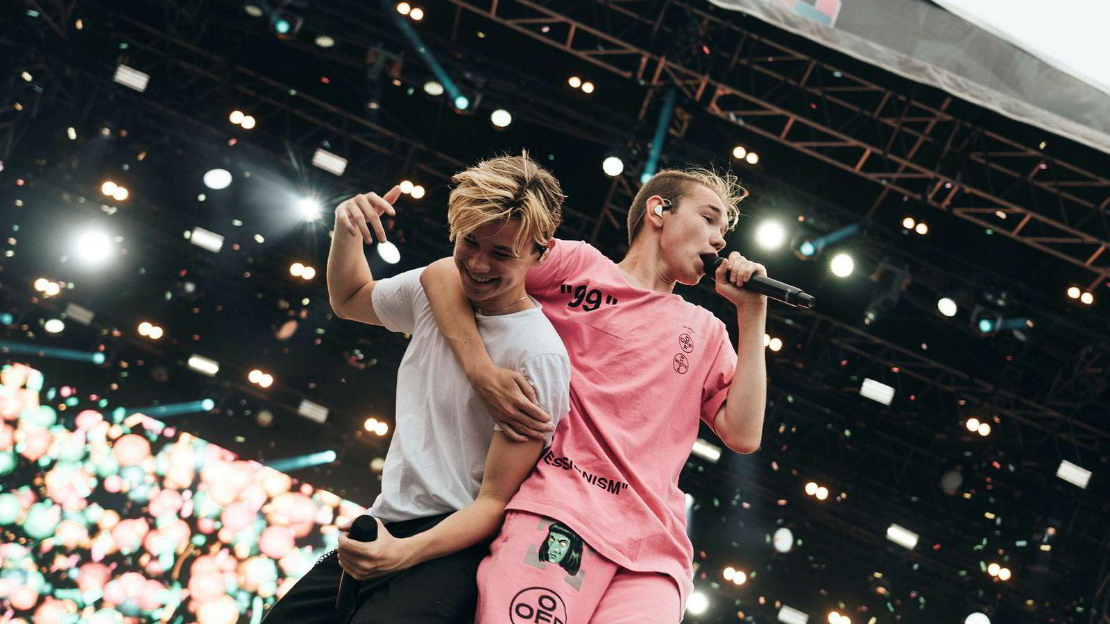 De to tvillingbrødrene Marcus og Martinus Gunnarsen ble kåret til Årets spellemann under Spellemannprisen 2016. Her er de under en konsert i Malmö, Marcus i rosa t-skjorte til høyre og Martinus til venstre.