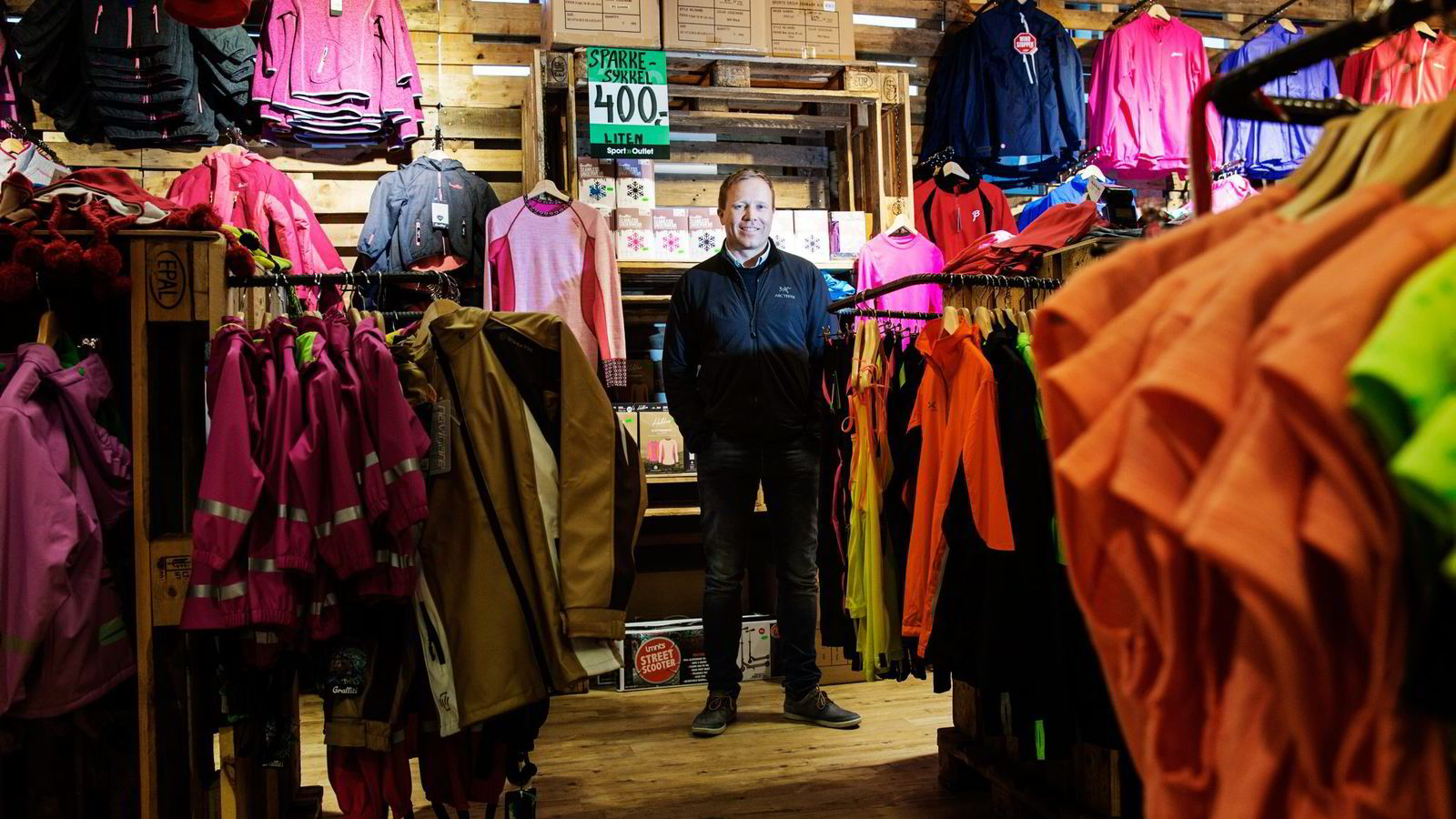 Tor-Andre Skeie, her på kjøpesenteret Triaden i Lørenskog, reiser Norge rundt for å ansette medarbeidere. Han har dessuten fått investor Edvin Austbø med på laget. Foto: Fredrik Bjerknes