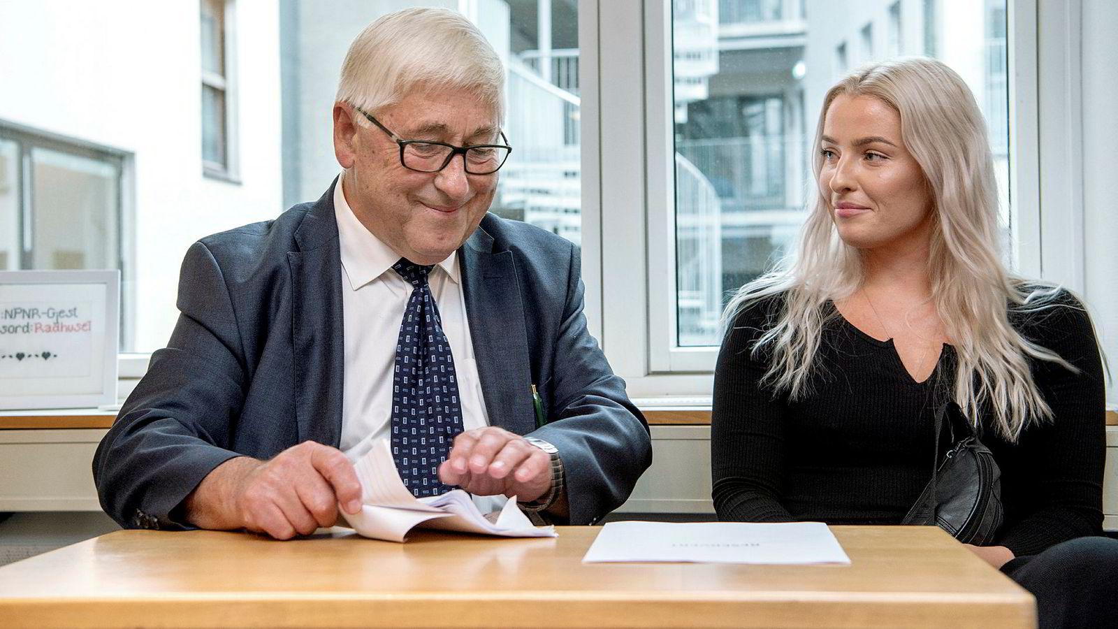 Fra PFUs behandling av klagesaken mellom Sofie Bakkemyr og VG. Bakkemyr sammen med advokaten Knut Asbjørn Solevåg.