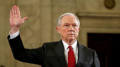 USAs justisminister Jeff Sessions nevnte ikke en kontakt han hadde med Russlands ambassadør i høringen for å bli godkjent. Her avlegger han eden før høringen. Foto: Kevin Lamarque/Reuters/NTB scanpix