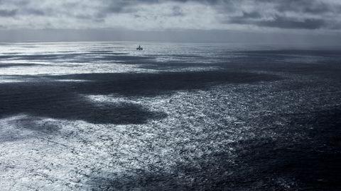 I horisonten skimtes riggen Songa Enabler som borer en CO2-injeksjonsbrønn i Barentshavet.