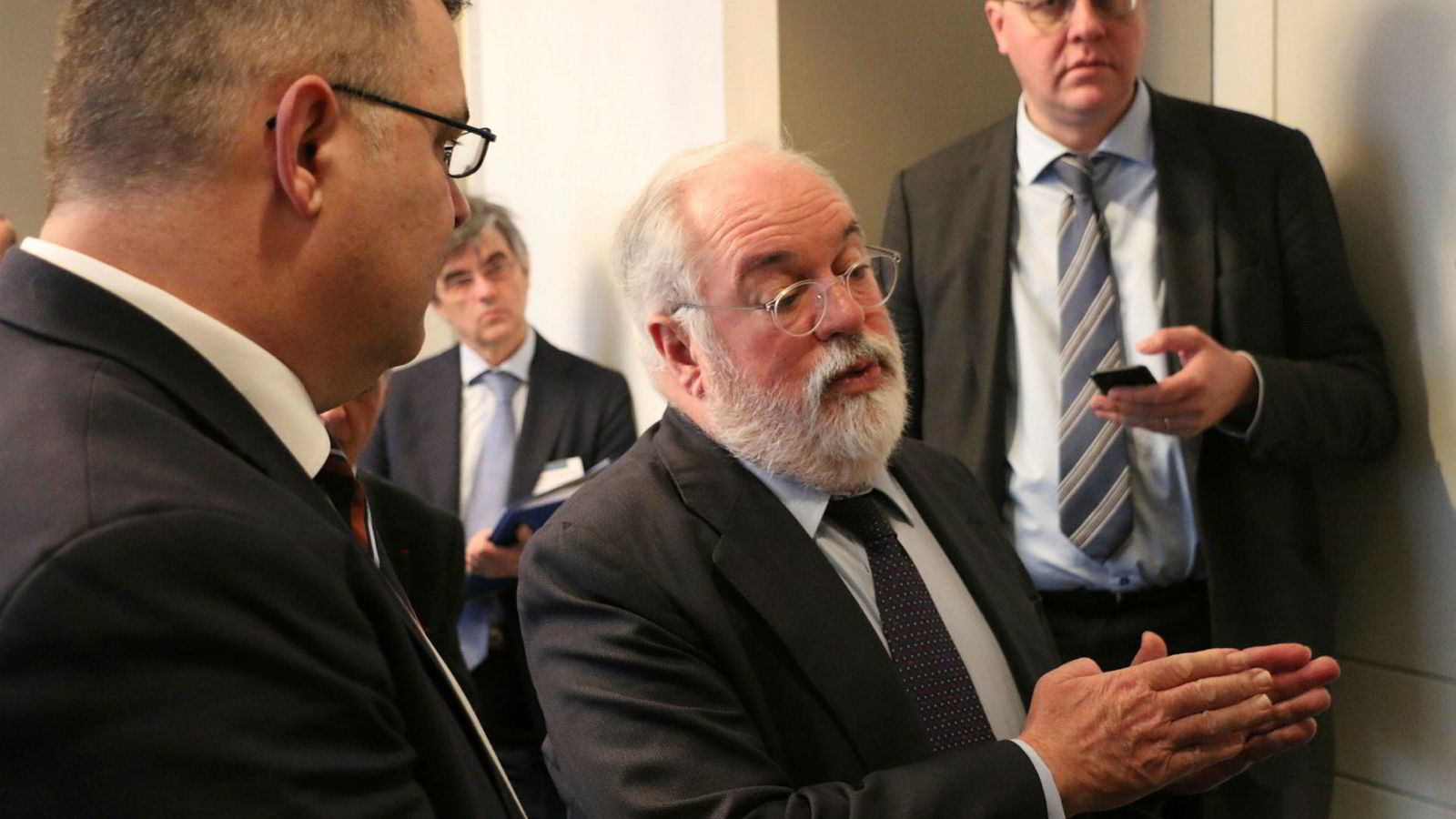 EUs klimakommissær Miguel Arias Cañete sammen med olje- og energiminister Kjell-Børge Freiberg (Frp) i Brussel. Torsdag er de to vertskap for en internasjonal CCS-konferanse i Oslo