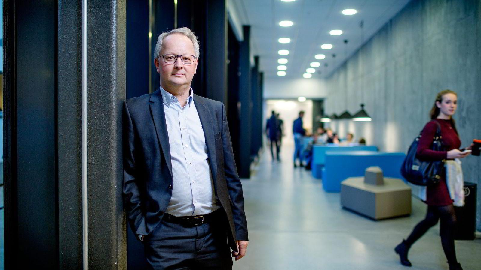Dekan for masterutdanningen ved NHH, Jan I. Haaland, har planen klar for hvordan NHH skal plukke revisorkandidater fra BI. Nå oppretter skolen et påbyggingsstudium i Oslo som blir gratis. Foto: