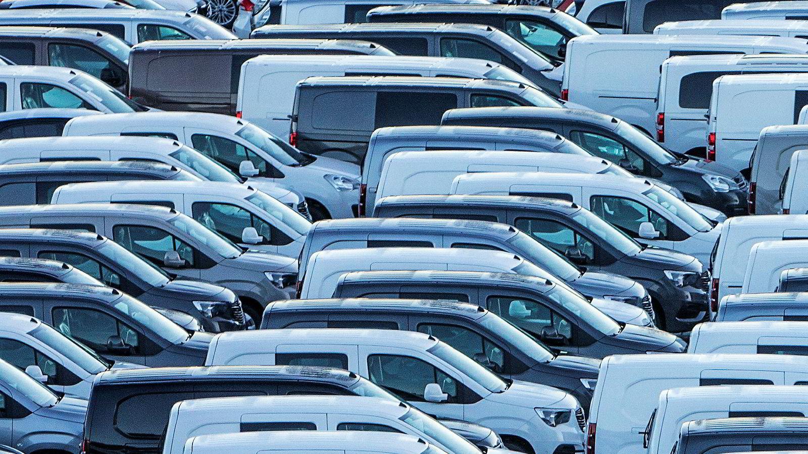 Nye varebiler parkert ved Drammen Havn etter ankomst til landet.