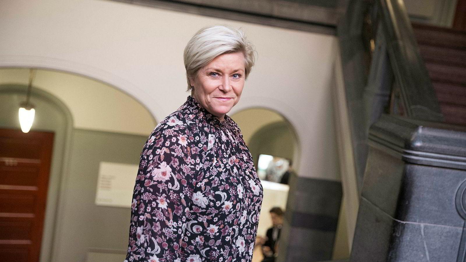 Finansminister Siv Jensen (Frp) gikk fra å ville løse opp til å stramme inn på boliglånskravene.
