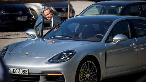 Porsches administrerende direktør Oliver Blume påvei inn i en Porsche Panamera 4 E-hybrid. Selskapet skal ikke ha motsatt seg boten fra tyske myndigheter.