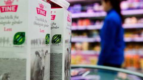 Hvis forbrukerne ikke er interessert i betale ekstra for økologisk melk, men er fornøyd med den vanlige, er det begrenset hva politikerne kan og bør gjøre med det. Foto: Berit Roald/