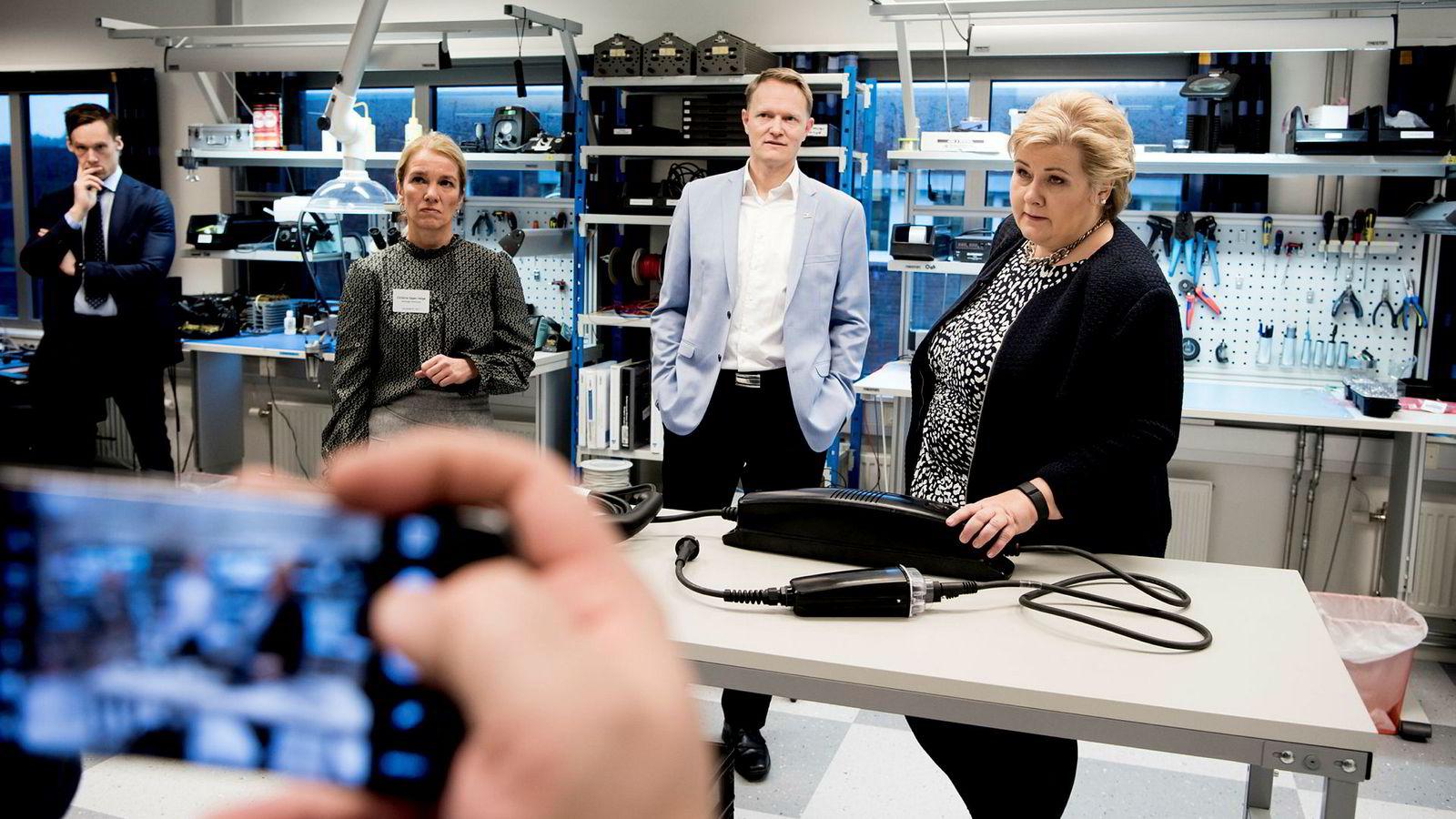 Statsminister Erna Solberg besøkte mandag bedriften Zaptec på Ullandhaug i Stavanger. Stavangerordfører Christine Sagen Helgø (til venstre) og daglig leder Brage Johansen skulle gjerne hatt klarere fornybarsignaler fra regjeringen.