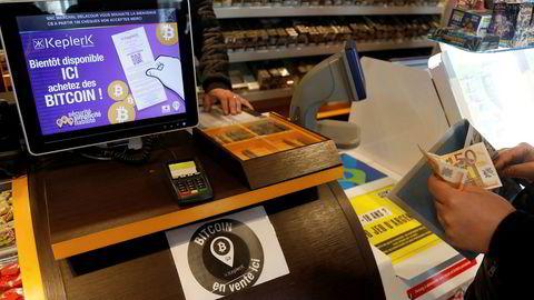 Bitcoinkursen har steget 114 prosent hittil i år. Her kjøper en person bitcoin hos det franske oppstartsselskapet Keplerk på en tobakksforretning i Rueil-Malmaison i Frankrike.