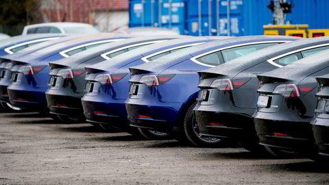 Diverse Tesla-modeller ved utleveringssenteret på Lillestrøm. Merket trekker opp salget av elbiler. Foto: Fredrik Hagen / NTB scanpix