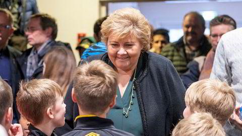 Statsminister Erna Solberg (H) har vært på reise i Agder sammen med barne- og familieminister Kjell Ingolf Ropstad (Krf). Her besøker de barn i Otrahallen på Evje.
