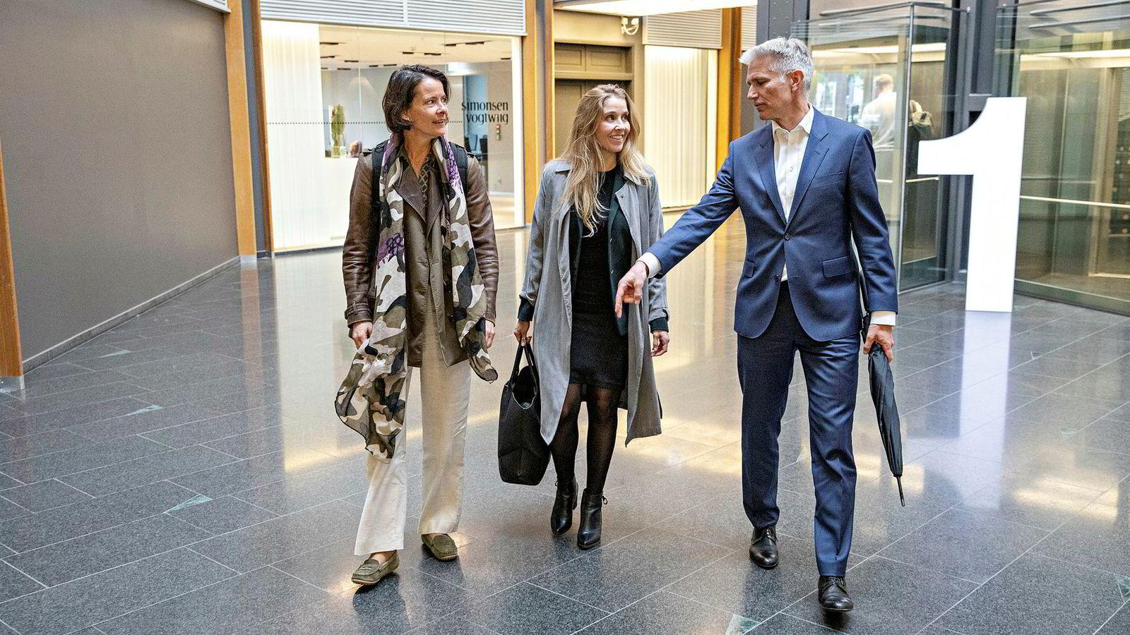 Skagen-direktør Alexandra Morris (til venstre), DNB-forvalter Anette Hjertø og Sindre Støer, sjef i Verdipapirforetakenes forbund mener det har skjedd en holdningsendring i finans. – I det du får inn kvinner i teamene, fungerer det på en annen og mye mer gunstig måte, sier Støer.
