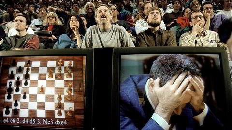 Mann mot maskin. Sjakkfans fulgte med på kampen mellom daværende verdensmester Garry Kasparov og IBMs superdatamaskin Deep Blue i New York i mai 1997. Foto: Stan Honda/AFP/NTB scanpix