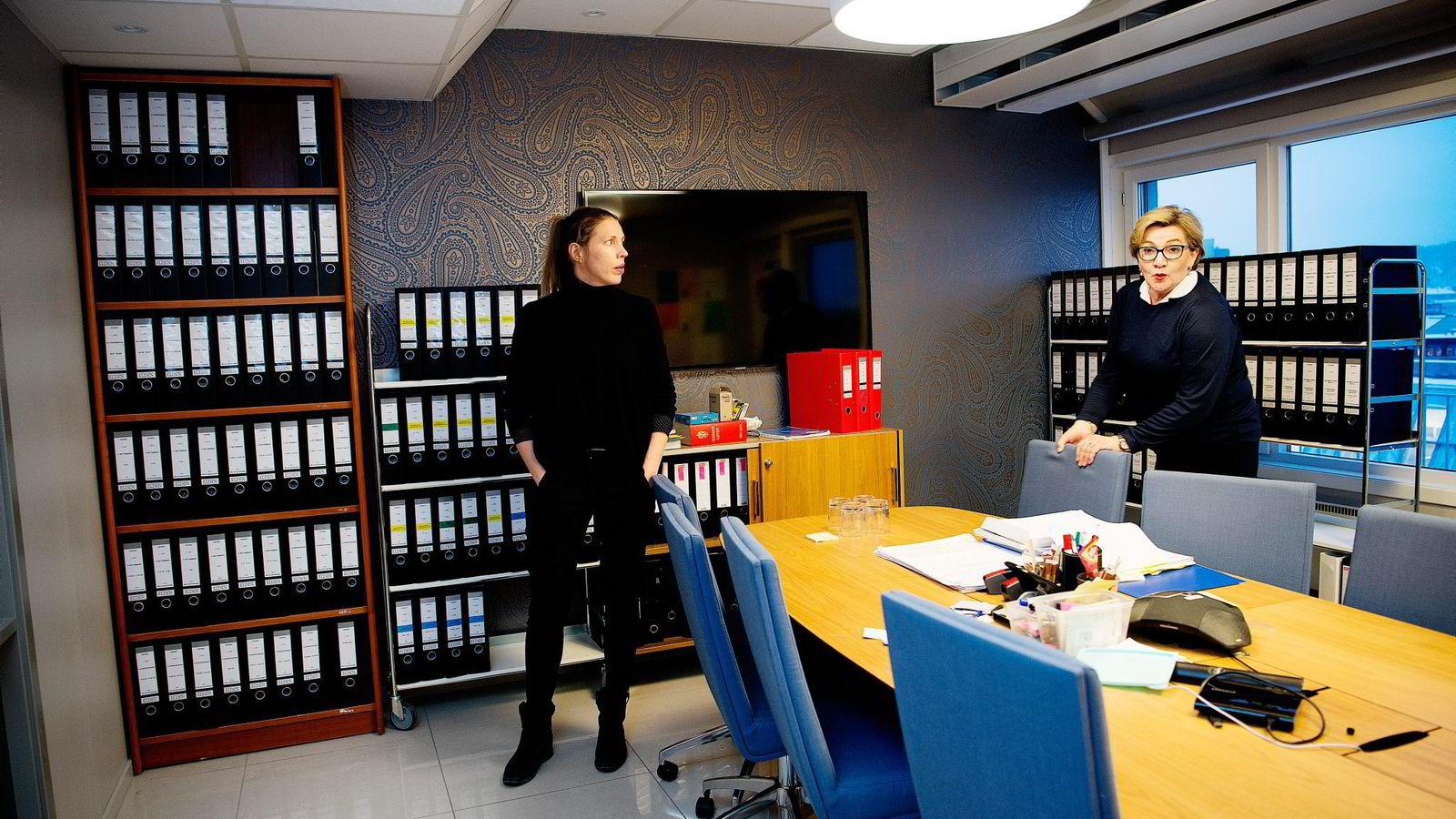 Elden-advokatene Mette-Julie Sundby (til venstre) og Karen Randi Forbrigd satt med 95.000 sider dokumenter før Lime-saken startet opp.