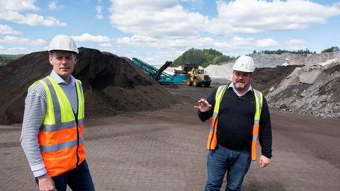 – Istedenfor å dumpe eller å selge det billig i markedet kommer det til oss, sier Frode Aaltvedt til høyre om slagghaugen i bakgrunnen. Til venstre, fungerende daglig leder Knut Arne Aaltvedt i Aaltvedt Betong.
