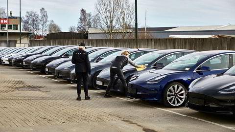 To Tesla-ansatte klargjør en av de 7026 bilene registrert i Norge i første kvartal. Mange av bilene ble utlevert fra Norges Varemesse på Lillestrøm i slutten av mars. S