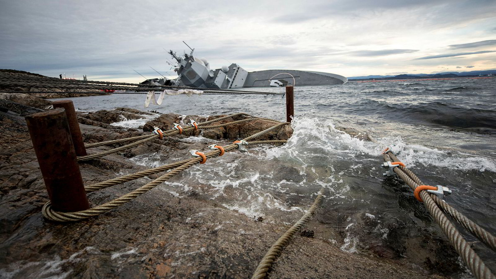 Øygarden 20181110. Det arbeides med å sikre KNM Helge Ingstad til land med vaiere. Foto: Jakob Østheim / Forsvaret / NTB scanpix